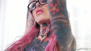 Tattooed emo whore with ear tunnels Sydnee Vicious gets her twat slammed
