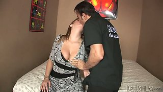 Thisty dude eats wet cunt of horny mom