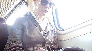 Sexy Studentin lernt im Zug u haelt d Hand zw-en d Beinen