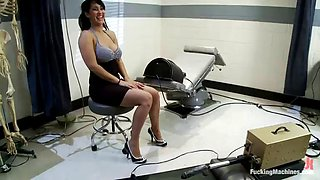isis love gets her pussy stimulated by vibrator and machines