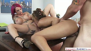 Pink haired bitch with many tatts Anna Bell Peaks takes part in crazy threeway sex