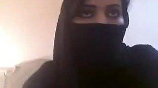 Nikab Muslima zeigt grosse Titten