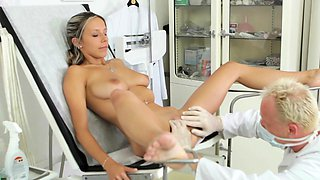 Super teen babe likes to be fucked by a impressive doctor