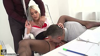 While getting her clit rubbed torrid Cecilia Scott sucks two tasty lollicocks