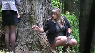russian girls pee in the wedding park 01