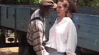 Jolie brunette baisée par un black
