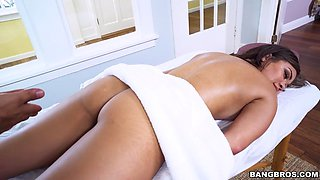 cassidy banks got her perfect body oiled and massaged