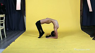 Naked slender flexible gal Sanya Semashko does splits and flashes her twat