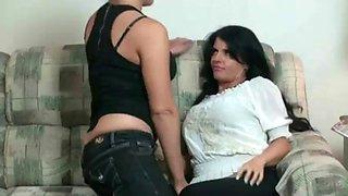 Hija lesbiana seduce a su madre fumadora