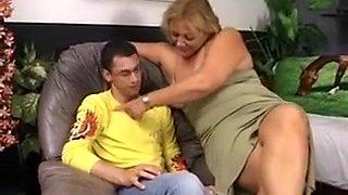 Un jeune doit baiser une grosse maman de presque 100 kgs